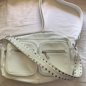Noella väska i vitt lack, andvänd en gång därför i jättefint skick. Nypris 800kr. Köparen står för frakt 💕 kan gå ner i pris vid snabb affär ☺️