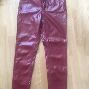 Säljer en helt oanvända byxor från Calzadonia , storlek är S .