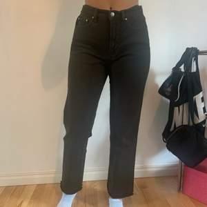 Säljer dessa jeans då de är för stora i midjan och inte riktigt är min stil längre. Knappt blivit använda så de är fortfarande i bra skick! Jeansen är i en grön nyans som inte riktigt framkom på bilderna.