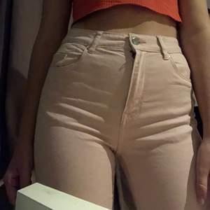 Högmidjade rosa jeans i bra kvalitet:) Färgen på andra bilden ser lite annorlunda ut, i verkligheten ser dom ut som första bilden❤️ Säljer pågrund av att dom är lite små på mig. Köparen står för frakt 🚚 ❤️