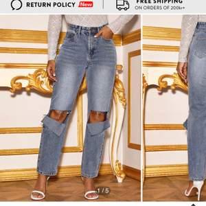 SJUKT SNYGGA blå tvättade jeans med slitningar från shein. Beställde i strl L och de passade inte mig i midjan, jag är 175 och brukar passa i XS-S. Skulle säkert passa 155-165. Aldrig använda. BUDA ÖVER PRISET, hör av er vid bud och intresse💕