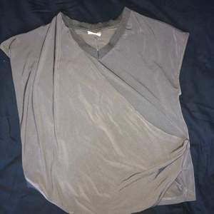 En omlott tröja från veramoda i storleken Xs. Tröjan är mer grön i verkligheten och färgen gör sig inte rätt på bild. Pris; 60kr