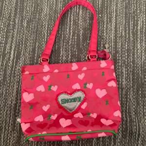 Aaas söt rosa handväska med snoopy handväska/motiv, älskar den men använder den inte.