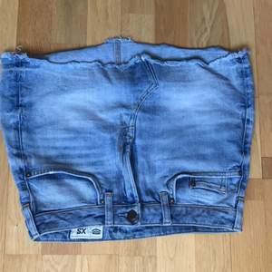 Miniskirt i storlek XS men passar upp till en medium. Man kan bära den highwaist eller low waist. Säljer för att den inte kommer till användning.