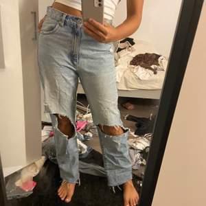Intressekoll på mina älskade ljusblåa Abrand jeans med hål): Säljes pga att dem är för stora för min smak. Har XS så dessa skulle jag nog säga är en pösig S eller vanlig M kanske? Köptes för 900 ifjol och säljer för 400!