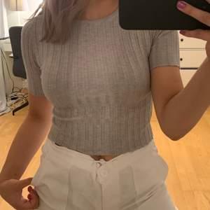 Säljer en grå trekvartslång t-shirt. I storlek xs/s🖤