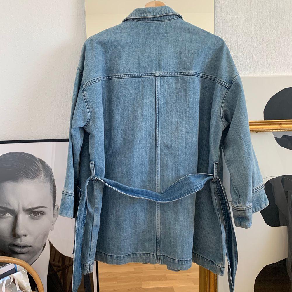 Knappt använd oversized blazer/ jacka i denim från Ganni. Lite work-wear i stilen! Säljes då den inte kommit till andvändning ordentligt! (Frakt, 63:-). Jackor.