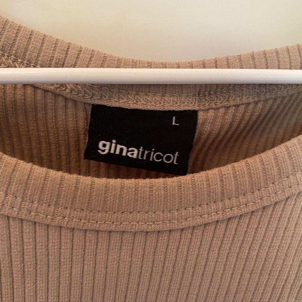 Ett beiget linne från Gina trickot! Super fint men använder knappt. I storlek L men passar även mindre skulle jag säga. Säljer för 100kr, frakt tillkommer 🥰. Toppar.