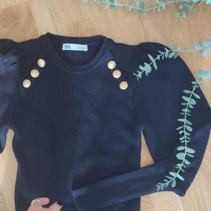 Snygg stickad tröja ifrån Zara! Extremt skönt material, väldigt stretchigt. Puffärmar och knappar som prydnad på framsidan. Super snygg bara så, eller med en skjorta under! Skickar gärna, +frakt! Fler bilder kan fås!🤗🤗