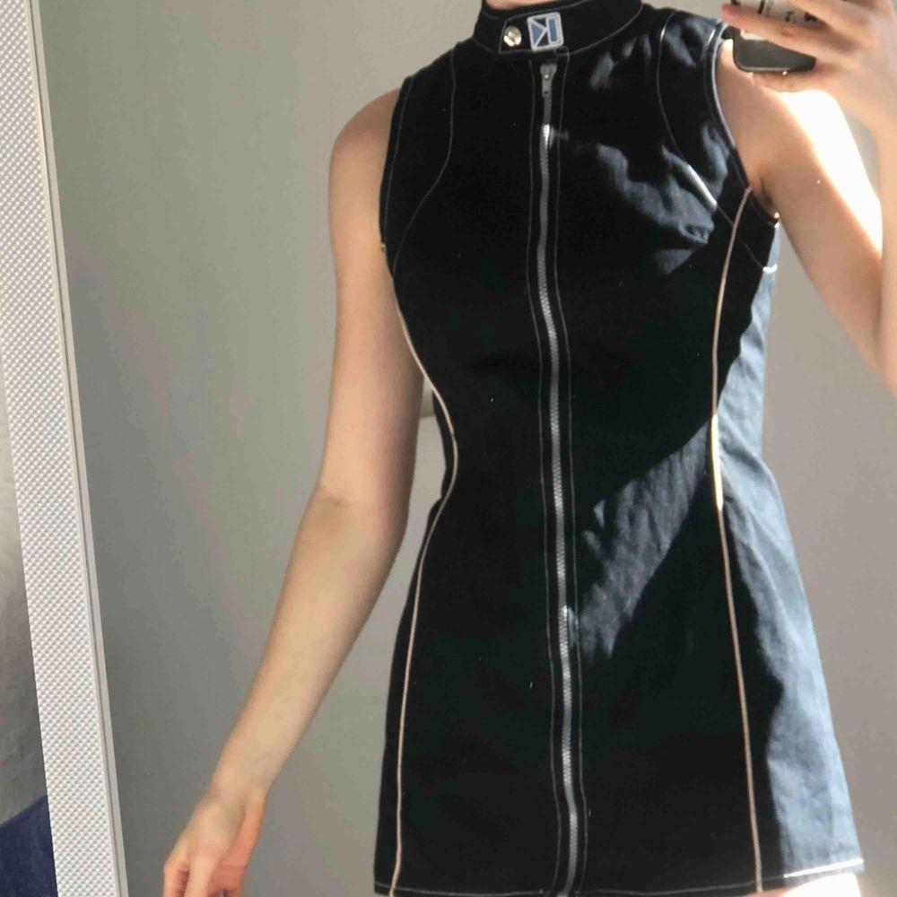 Vintage klänning från Kronk. Väldigt fint skick, använd runt 5 gånger. Skulle säga att storleken är en liten S. Alldeles för kort för mig som är 172cm, storlek S/M så den passar bättre om du är lite kortare eller har kortare rygg. . Klänningar.