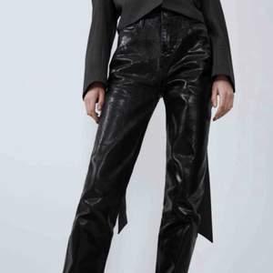 Säljer vidare dessa snygga byxor från zara, köpta här på plick! Jag är 169cm lång och de sitter toppen i längden! See ut som de populära silvriga jeansen från zara! Frakt 42kr