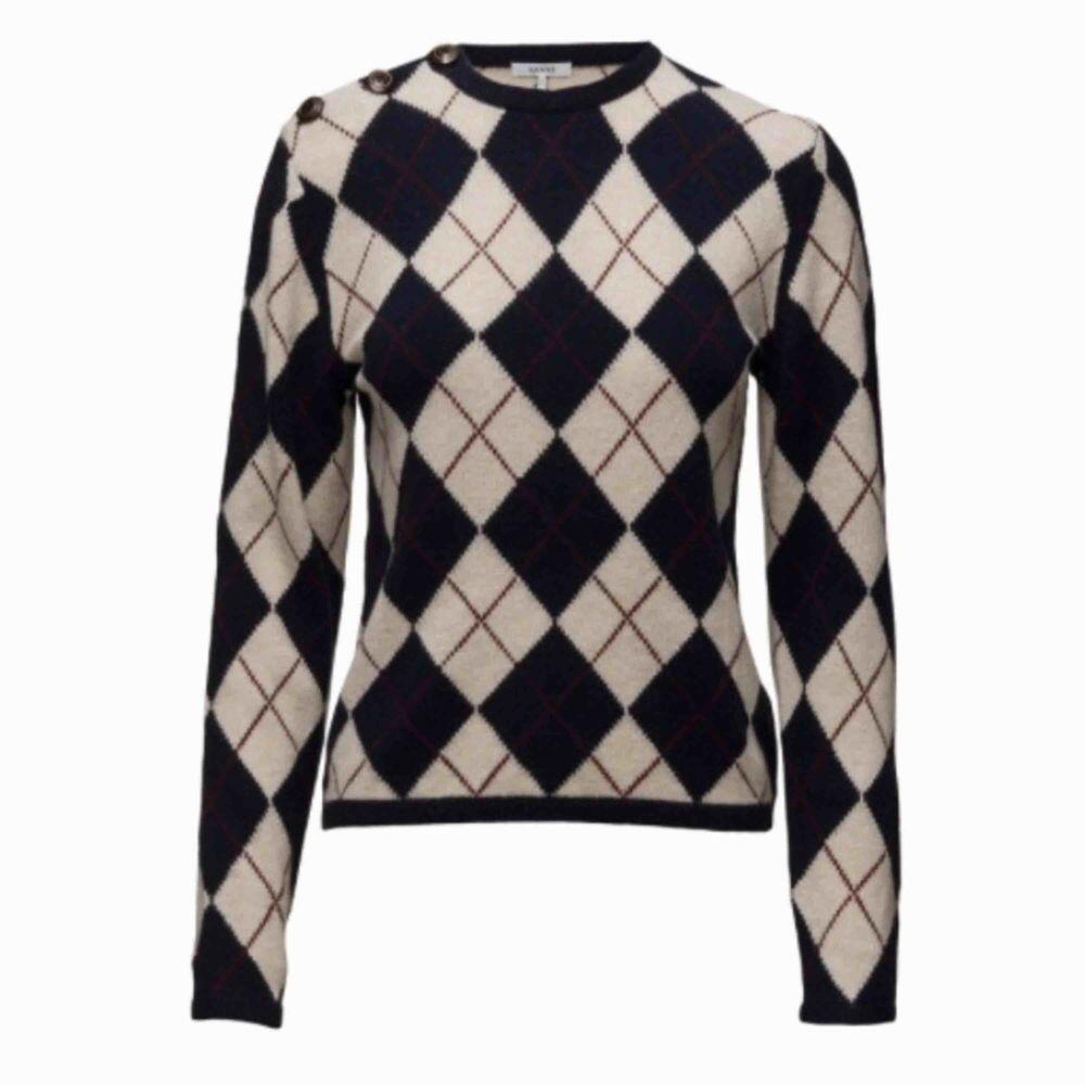 Jag säljer nu min stickade ganni tröja, bara använd två gånger ungefär. Säljes för jag ej använder den. Nypris: 2000kr. Den är i storlek XS, men passar även S.. Tröjor & Koftor.