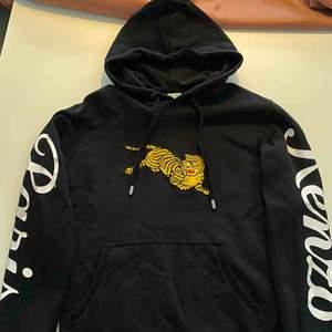 I princip oanvänd Kenzo hoodie i strl M. Fynd!!