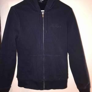 Jätte varm och mysig hoodie med dragkedja från Tommy Hilfiger. Köptes i USA för 4 år sedan men väldigt sällan använd, så fint skick.