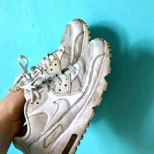 Nike air väl använda men fullt funktionabla. Rätt mycket smuts och fläckar- men charmigt slitna sneakers enligt mig. Men därför så billigt pris.