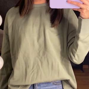 denna sweatshirten från vero moda är aldrig använd därför jag själv tyckte inte ärmarna. därför säljs denna och är helt i nyskick. buda i kommentarerna, storlek XS men kan funka som S och M med, köparen betalar frakt