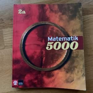 💘 Matematik 5000, 2a. ISBN : 978-91-27-42363-3               Inköpt i augusti och är i nyskick.                                       Engelskabok Viwepoints 2 ( second edition )     ISBN: 978-91-40-69367-9. Även denna är inköpt i augusti och är i nyskick.                                                     Finns även svenskabok, svenska impulser 3. Som även den är i nyskick.                                  fraktkostnad tillkommer om det behövs. 💘