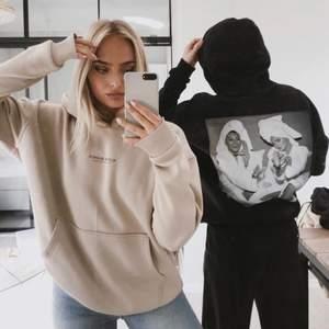 säljer min supermysiga oversized alice o bianca hoodie. Jag säljer eftersom har 2 st. storlek medium och perfekt nu till vintern 🤍 trycket är helt borta på ryggen dock