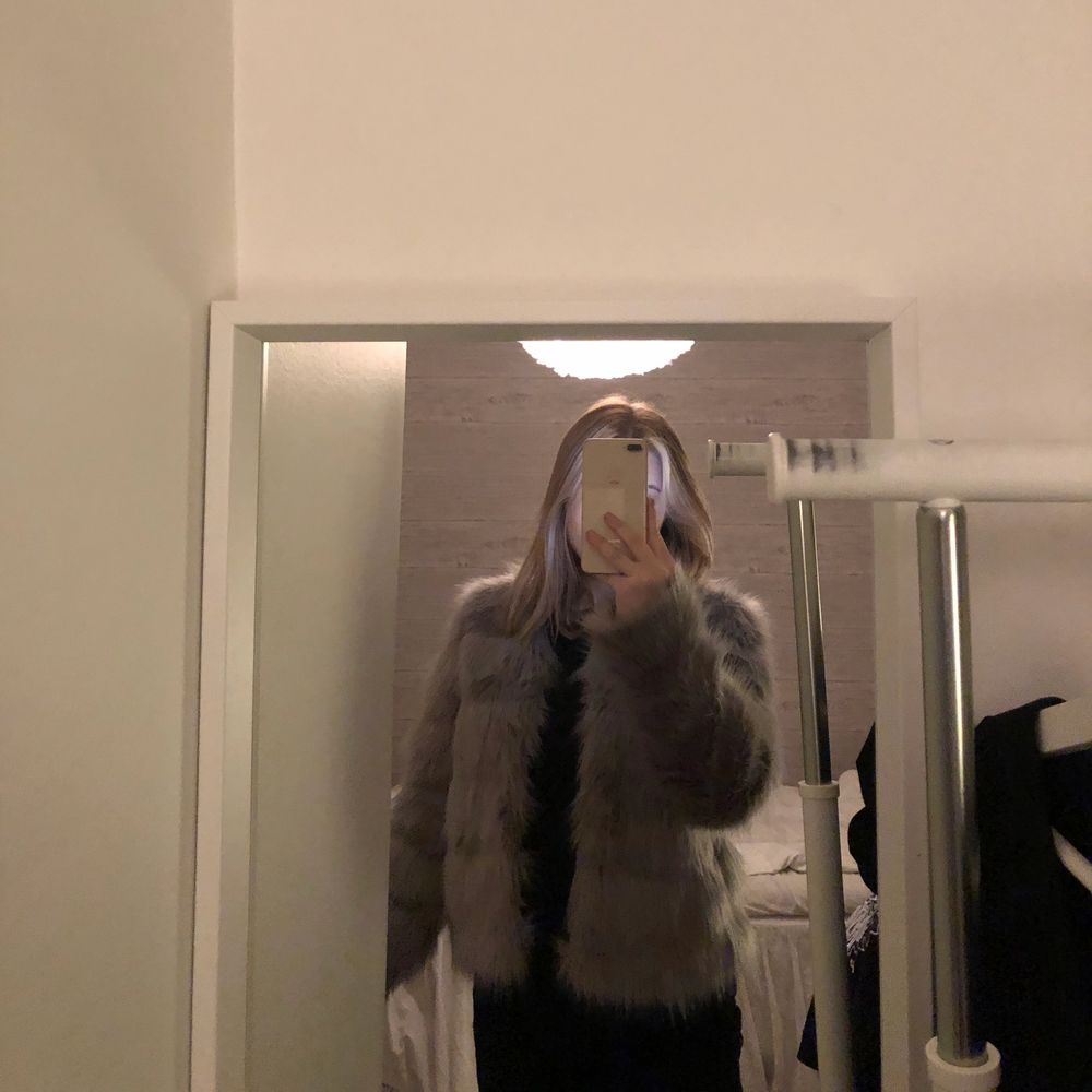 Säljer min gråa pälsjacka då jag använt den 1 gång och sen har den inte kommit till användning mer, lite större i storleken och i bra skick! 💓. Jackor.