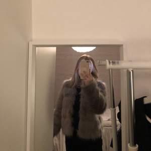 Säljer min gråa pälsjacka då jag använt den 1 gång och sen har den inte kommit till användning mer, lite större i storleken och i bra skick! 💓