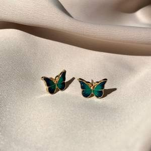 Superfina och gulliga fjärilsörhängen i blågrön färg❣️ frakt 11kr