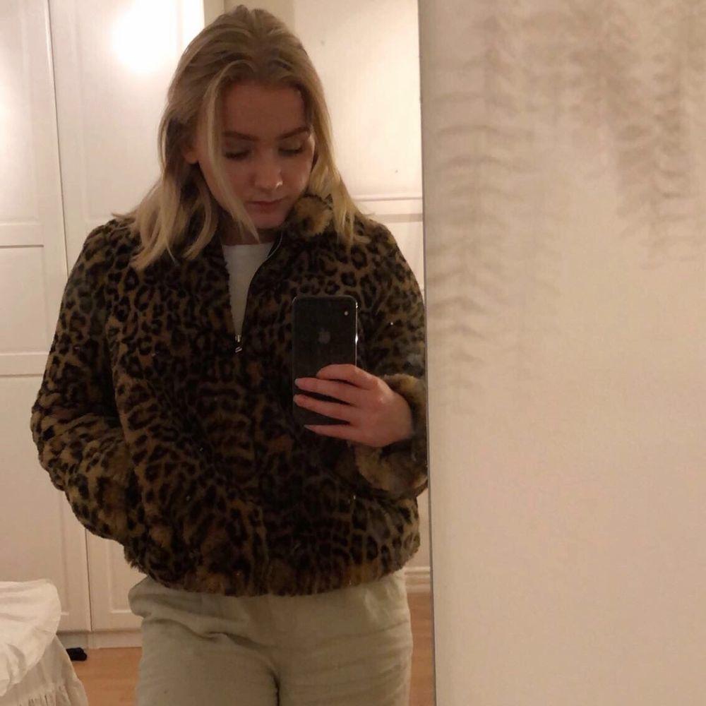 Säljer denna jackan då den tyvärr nästan är för liten för mig. Välanvänd men i bra skick! Köparen står för frakten. ❣️. Jackor.