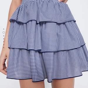 Säljer nu denna superfina och trendiga kjolen från Zara. Superfin som passar till det mesta! 😍 Riktigt fin kjol i fint skick! Passar xs-m ✨✨✨ Hör av dig vid frågor!! 💞💞