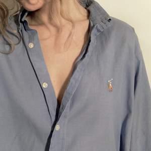 Fin blå Ralph Lauren skjorta! Bra skick, tror att storleken är M/L man. 🐎