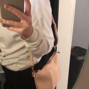 Snygg ljusrosa väska från boohoo! Guld detaljer och man kan ändra bandet. Används inte så därför säljer jag den.