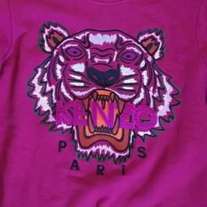 Jättefin kenzo Paris sweetshirt, denna sweatshirten är svår att få tag i och det är få som har samma. Köpt för 2200 kr men kommer gå ner mycket i pris. Passar alla från S-XL 🥰 Startpris 350 kr buda högre