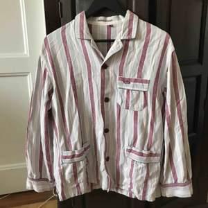 Skjorta med fina färger. Köparen står för frakten. Kan även mötas upp i Stockholm