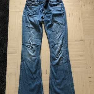 Blåa bootcut jeans. Fin kvalitet. Storlek 27 i midjan och 31 i längden. Blivit för små för mig men annars inget fel på byxorna. Original pris 600 kr.