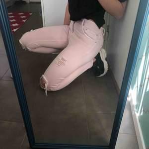 Rosa jeans från Zara, bara använda en gång. Jättefina med ganska bra stretch i (har själv vanligtvis strl 36 och de passade väldigt bra). Relativt låg midja. 💓