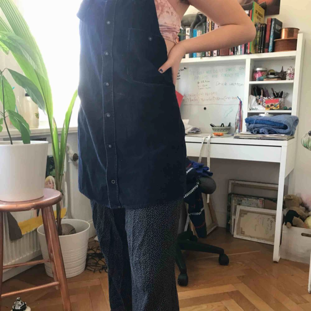 Mörkblå manchester klänning. Det är justerbar och väldigt bekväm. Gjord på 100% bomull.. Klänningar.