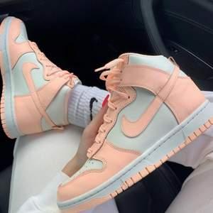 Säljer dessa helt nya & oanvända Nike Dunk High Crimson Tint i storlek 37,5. Skickar med spårbar frakt på köparens bekostnad! Hör av dig vid frågor🥰