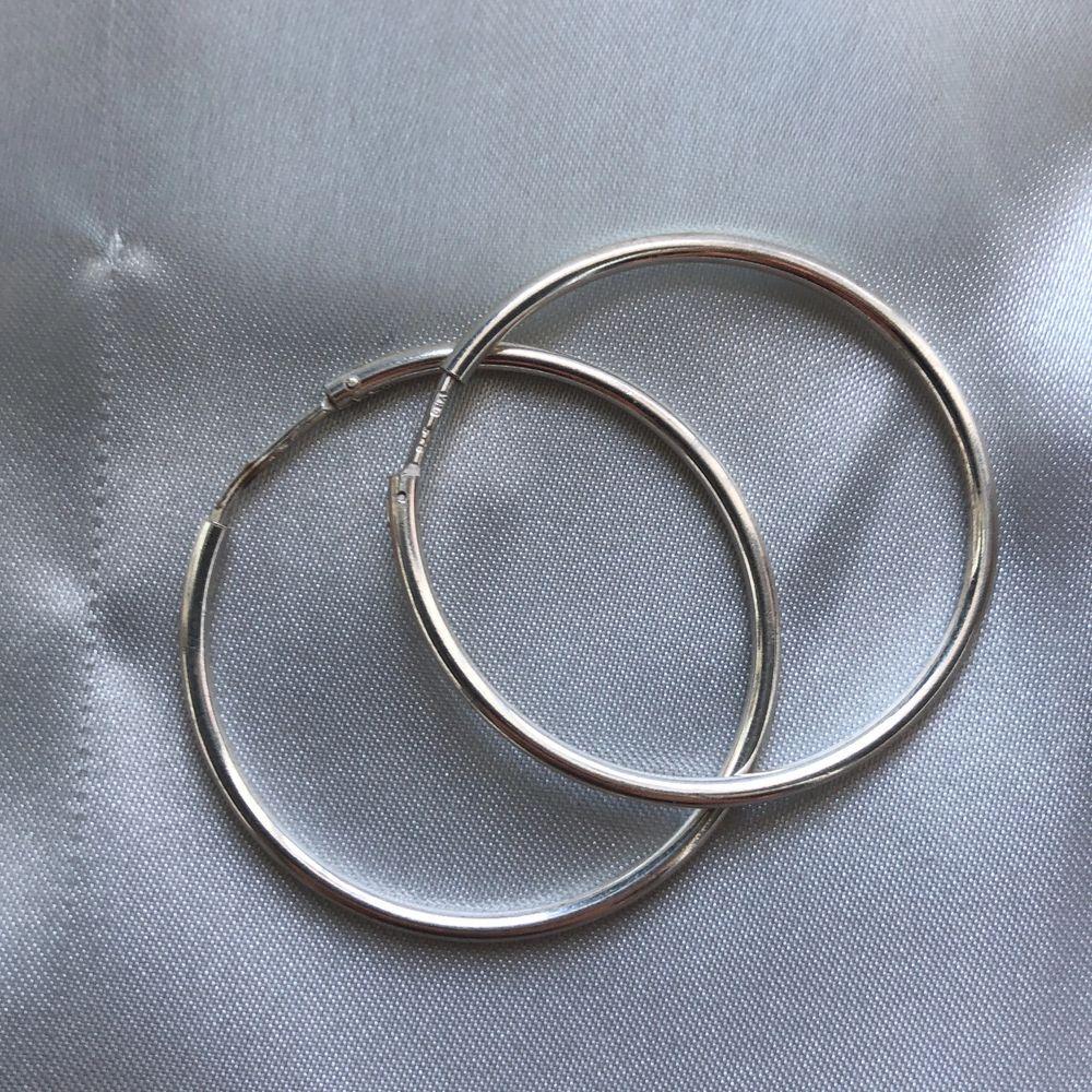 Ett par silvriga loops från Hallbergs guld vill se om någon är intresserad köpta för ~150kr ungefär. Accessoarer.