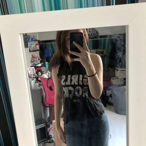 Svart linne, står girls rock tour på. Från H&M storlek 146/152. Säljs troligen inte längre, Kommer inte till användning längre. Har varigt ett favorit linne inan.