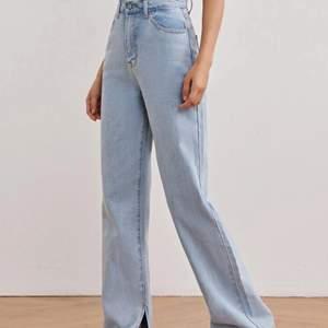 Ett par jättefina vida ljusblå jeans med slits nedtill. De är helt oanvända med lappen kvar. Dom kommer från SHEIN och materialet är tjockt och bra. Säljer då de inte passade då de var för långa för mig som är 162. Skulle säga att de passar S och M. Köparen står för frakt! <3