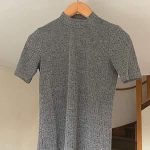 Grå tröja med öppen rygg, bara använd 2-3 gånger, köparen betalar för frakt, betalning sker via swish.