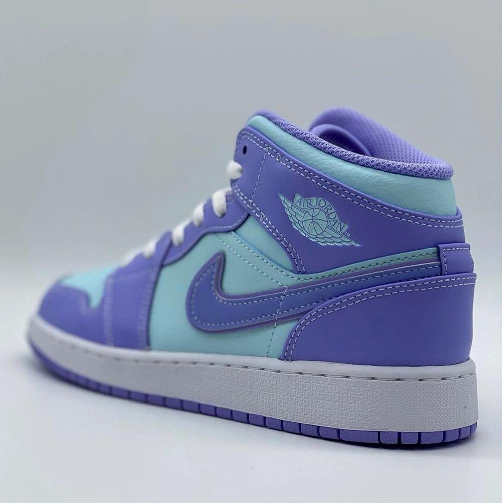 Säljer helt nya & oanvända Jordan 1 Mid Purple Aqua. Finns i storlek 37,5, 38,5 & 39. Köpta från Footlocker, kvitto kan uppvisas! Fraktas spårbart & dubbelboxat på köparens bekostnad. Vid stort intresse blir det budgivning! Kolla in @LocalJords på Instagram för fler limiterade Jordans!. Skor.