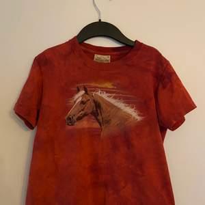Säljer den här trendiga men unika tröjan. Den sitter thight och snyggt. Tröjan är en M i barnstorlek.