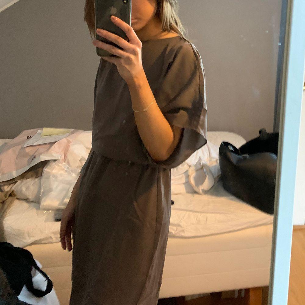 Så fin klänning från Moa Mattssons kollektion med bubbleroom, aldrig använd utan endast testad! Så fin nougat/brun färg, perfekt till sommaren!. Klänningar.
