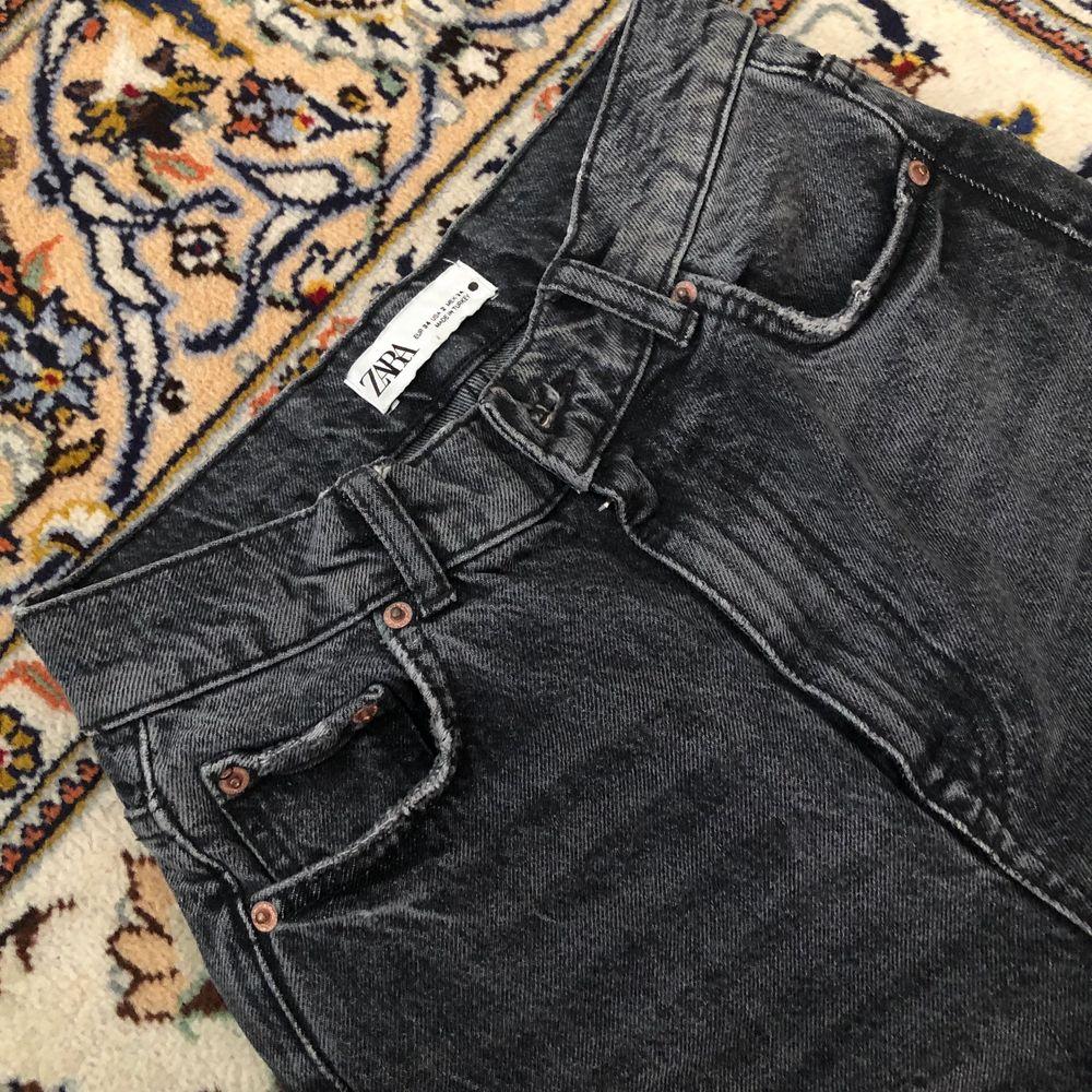 Intressekoll i dessa slutsålda zara jeans i jättebra kvalite och är lite klippta där nere då de passar mig som är ca 166💕 Högtsa bud just nu: 300 kr! Säljs direkt för 350. Jeans & Byxor.