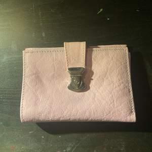Säljer en rosa gullig plånbok. Själv har jag aldrig använt den, kommer heller inte ihåg vart jag köpt den. Den har väldigt många olika fack💗 Den är i fint skick, men man ser att den bara legat väldigt länge:)