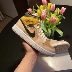 Säljer ett par Jordan 1 mid w particle beige! Skorna är helt nya och kvitto finns!😊 Vill man ha fler bilder så är det bara skriva så ordnar jag det!