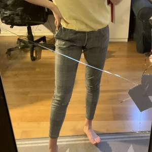 Gråa kostym/ mjukis byxor i storlek S. Det finns Snörning där fram och det finns även möjlighet att sätta på ett bälte. 2 fickor finns på sidorna och dom går ner till ankeln på mig som är 167/168.