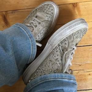 Så coola Converse från Converse X opening ceremony, limited edition skor som ej säljs längre. Strl 37, passar som en vanlig Converse. I beige mocka med studs. Dem är i använt men ändå fint skick förutom att dem gått sönder inifrån i hälen (se andra bilden) pris kan diskuteras.