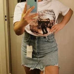 Säljer denna jätte fina jeans minikjolen köpt från Zara, den är ny, endast testad för att fota! 😍  Nypris: 259:- NU: 200:- inkl frakt!🎁 Storlek S, känns som XS vid midjan! Är 150cm som referens 🧍🏽♀️