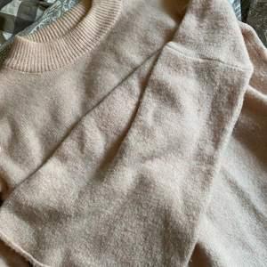 Lång ljusrosa stickad tröja med vida ärmar!