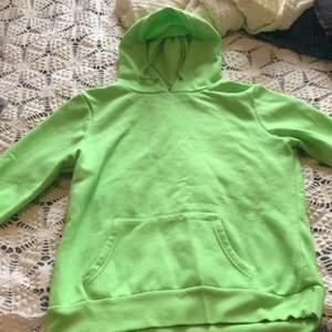 En grön oversized hoodie som passar bra när man vill vara lite färgglad! Frakten Ingår i priset💚